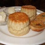 セントクリストファー ガーデン - 予約限定ランチの「プレミアムアフタヌーンティーセット」2段目のスコーンとパイ