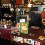 PARADISE CAFE MODERNS - レジ周辺。食パン、アロマも販売してます