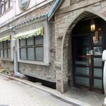 名曲喫茶ライオン - 煉瓦っぽい建物です。