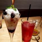 ツミキ - 桃とさくらんぼのパフェあんどクランベリージュース