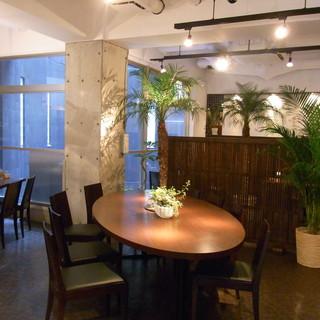 白と茶色の落ち着いた雰囲気にアジアンテイストがマッチした大人のレストラン
