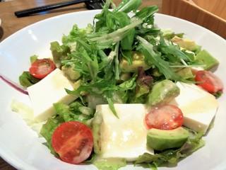 ネオ ガーデン カフェ - お豆腐とアボガドのサラダ