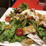エスプレッサメンテ・イリー - *チキンと玉子のグレインズサラダ、ハニーマスタードドレッシング 「「グレインズサラダ」とは、玄米を野菜や豆類に混ぜたサラダ」のこと。