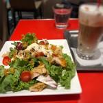エスプレッサメンテ・イリー - ◆モーニングサラダセット(580円:税込)、ドリンクは「アイスカプチーノ」を。 サラダは先ほどのスタッフさんが作って下さいました。