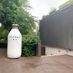 Meierei im Stadtpark - デカい牛乳?!かと思いきや、小麦をイメージしたオブジェらしいです。
