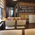 旭庵 - 店内の様子。この先に座敷があります。