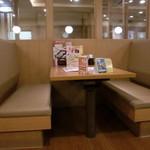 和食さと - テーブル席