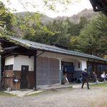 梅庵 - 山間の一軒家が、そのまま蕎麦屋になっている。10連休とあって、待ち時間は1時間以上