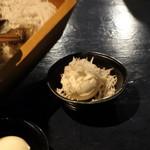 肴や だんじ - お通しの豆腐に長浜・姪浜市場からの釜揚げちりめん乗せ放題