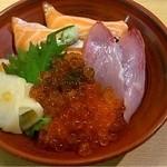 すし・海鮮玉寿司 - サーモン三色丼