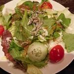 味倶楽部 くらりす - ちりめんじゃこのサラダ。オニオンドレッシングが手作り感満載で美味しい。
