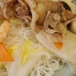108949259 - 具材は白菜、人参、筍、ピーマン、椎茸、豚肉、海老、うずら玉子