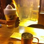 スタンド エス - フローズン生ビール500円とモスコミュール600円。