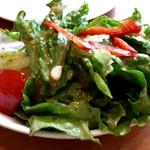 108963559 - サラダは野菜が新鮮でシェアもできる量。