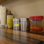 味噌や - 胡椒、唐辛子に、豆板醤もある