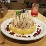 108979284 - モンブランパンケーキのハーフと苺レモネード