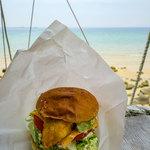 ナッティドレッド - 海を見ながらハンバーガーを食らう。贅沢だなぁ。