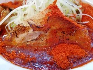 辛口炙り肉ソバ ひるドラ 鶴橋店 - チャーシューも真っ赤に染まってる~