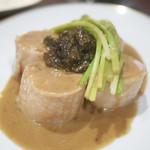 a table - ブレス鶏とモリーユ茸のフリカッセ ヴァンジョーヌの香るソースと共に