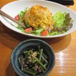 魚虎 - 特製サラダ(小) 680円、春ワラビポン酢 400円
