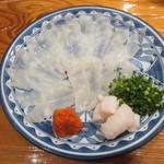 魚虎 - 天然活小フグ刺 1300円、ボン酢で