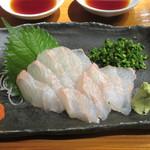 魚虎 - 活)ひらめ刺 980円、ポン酢