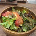 106サウスインディアン - 先ずはランチのサラダがカウンターに運ばれて来ました、葉野菜中心のサラダです。