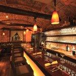 ワイン蔵で楽しむ美食 TERRA - 大きな一枚板のカウンターはカップルに人気!!奥にはテーブル席もご用意。