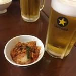 有楽町 - 白菜キムチ216円と生ビール大864円