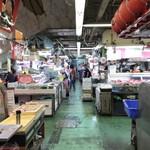 歩のサーターアンダギー - [2019/06]確かに「そりゃそうだ」と思わせる年季の入った建屋で、その中に海産物を取り扱う店やら、生育を取り扱い店が立ち並びます。