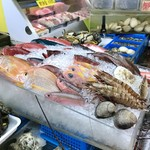 歩のサーターアンダギー - [2019/06]県外から来た者から見ると、見慣れない魚が並びます。