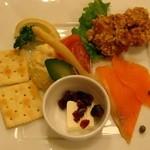Biyahoruraion - ビヤホールのおすすめおつまみ4品盛り 780円 チキン唐揚げ・スモークサーモン・クリームチーズ(クランベリー)・ポテトサラダ
