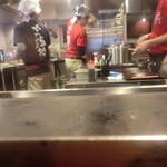 ギン酒場 - カウンターから目の前の厨房2