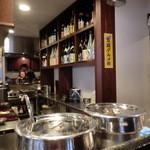 ギン酒場 - カウンターから目の前の厨房3