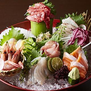串焼き以外にも、新鮮なお魚のお造りも◎お好きな物をどうぞ。
