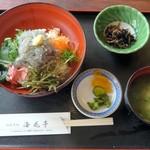 海花亭 - 漬け物、小鉢、みそ汁付き