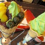 通圓 - 宇治金時ソフトクリームと、抹茶ソフトクリーム。