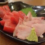 馬肉料理・まぐろと日本酒の店 赤味処馬ぐろ - てんこ盛りのまぐろとかんぱち半々
