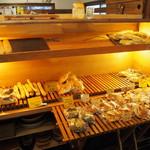 ベーカリー燈 - 店内(入口を入ってすぐにパン売り場がある)