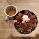 クリエイションダイニング モンテス - 熟成牛ロースステーキ丼の並(1180円)です。