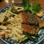 ソムオー - 揚げ魚の香草揚げ;取り分けて