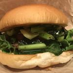 109040691 - パティより野菜がメインという感じのバーガーです。