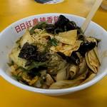 109054657 - 麻辣香鍋(辛さはレス・スパイシー)、細切り昆布、湯葉的な豆製品、春雨、豚バラ、キクラゲ、白菜、インスタント麺
