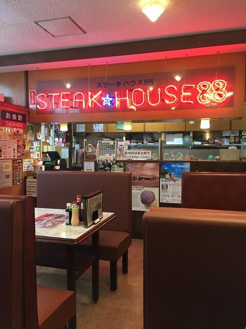 ステーキハウス88 辻本店 - 店内にもネオンサインがあります ダイナーっぽいです