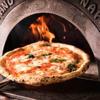 薪窯で焼き上げる熱々のピッツァ!