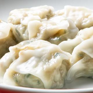 旨味が詰まった餃子は4種類。夏限定の冷やし餃子もおすすめ◎