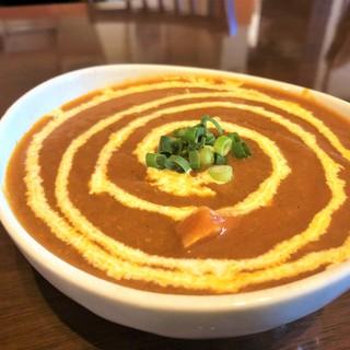 油や香辛料が少なく、日本人好みといわれるネパールの味を提供