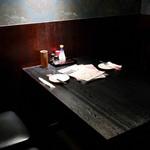 地鶏とお酒×完全個室 鳥心はなれ - 完全個室のテーブル席