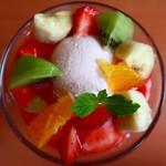 不二家 - 料理写真:ジョージアヨーグルトとフレッシュフルーツのクープ上からアップ