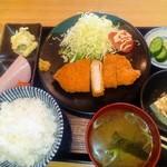 つるみ - 料理写真:とんかつ定食(800円)